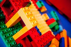 Lego-Haus im Bau mit Farben Stockbilder