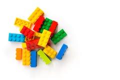 lego Hintergrund Bündel Mehrfarben-Plastick-Erbauerziegelsteine auf weißem Hintergrund Popul?re Spielwaren Copyspace lizenzfreie stockfotos