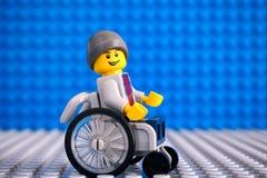 Lego-Junge minifigure im Rollstuhl Stockfotografie