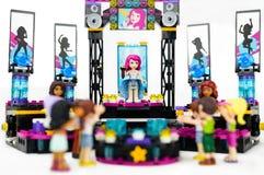 Lego koncert z żeńskim piosenkarzem i muzykami wykonuje na scenie widownia Zdjęcie Royalty Free
