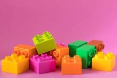 Lego kvarter på rosa bakgrund Royaltyfri Bild