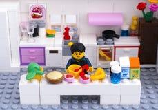 Lego-Mann, der Nachtisch in der inländischen Küche kocht Lizenzfreies Stockfoto
