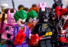 Lego-minifigures, die in den Reihen stehen In der ersten Reihe - die Spassvogel, schlagen Lizenzfreie Stockfotos