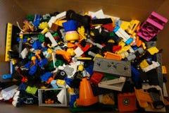 Lego multicolored details in een doos royalty-vrije stock afbeeldingen