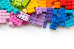 lego Mycket f?rgrika Plastick konstrukt?rkvarter p? vit bakgrund Popul?ra leksaker Copyspace royaltyfria foton