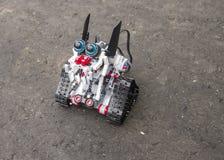 Lego-Roboter steht auf dem Asphalt Lizenzfreie Stockfotos