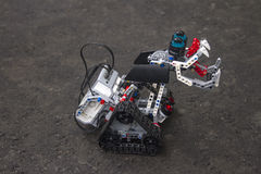 Lego-Roboter steht auf dem Asphalt Lizenzfreie Stockfotografie