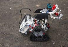 Lego-Roboter steht auf dem Asphalt Stockfotografie