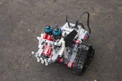 Lego-Roboter steht auf dem Asphalt Stockfotos