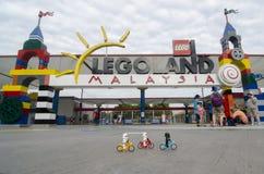 Lego stormmilitärpoliser som rider främst legoland Malaysia för cykel Arkivfoto
