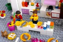 Lego-Szene Kochen des Abendessens auf inländischer Küche Lizenzfreies Stockbild