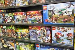 Legodozen op planken Stock Afbeelding