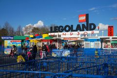 LEGOLAND, WINDSOR, HET UK - 30 APRIL, 2016: Gasten die Legoland na een opwindende pretdagtocht verlaten Stock Fotografie