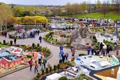 LEGOLAND, WINDSOR, HET UK - 30 APRIL, 2016: Legolandbezoekers in de Miniland-sectie Royalty-vrije Stock Afbeelding