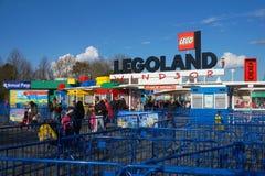 LEGOLAND, WINDSOR, REINO UNIDO - 30 DE ABRIL DE 2016: Huéspedes que dejan Legoland después de un día emocionante de la diversión  Fotografía de archivo
