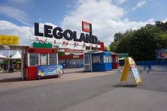 LEGOLAND, WINDSOR, REINO UNIDO - 30 DE ABRIL DE 2016: La madrugada ante las muchedumbres llega la entrada de Legoland Imagen de archivo