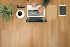 Legt de Hipster houten Desktop met laptop, vlakke bureautoebehoren, stock afbeelding