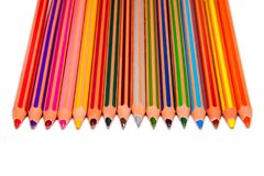 Legt de kleurpotloden verticale vlakte witte achtergrond stock foto