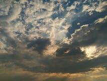 Legt de opwindings bewolkte blauwe hemel met licht Royalty-vrije Stock Afbeeldingen