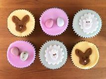 Legt de Pasen als thema gehade bevroren spons cupcakes, vlakte voedselfotografie stock afbeelding