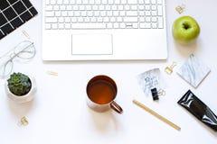 Legt de witte vlakte van de het werkruimte met een toetsenbord, een kop thee Stock Afbeelding