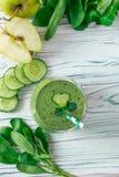 Legt Detox verse groene smoothie met spinazie, appel, mache vlakke veldsla, royalty-vrije stock afbeelding
