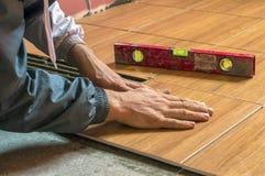 Legt tegels op de vloer, de reparatie, bouw Stock Afbeeldingen