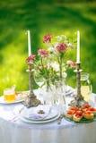 Legte schön eine festliche Tabelle für zwei im Garten Stockfotos