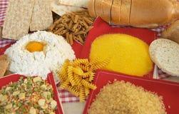 Legumbres, cereales, pastas, arroz, pan, huevo, harina, galletas, polenta del maíz Fotos de archivo libres de regalías