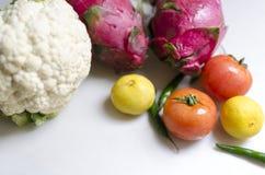 Legumbres de fruta del dragón de la col de los tomates de la cal Fotos de archivo libres de regalías