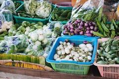 Legume fresco no mercado de rua imagens de stock