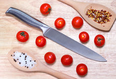 Legumes frescos - cereja e faca do tomate na placa de madeira no fundo da tabela Vista superior Conceito saudável do alimento Foto de Stock Royalty Free