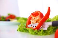 Legumes frescos com uma faca na tabela para a preparação da salada Fotos de Stock