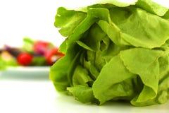 Legumes frescos com uma faca na tabela para a preparação da salada Imagem de Stock Royalty Free