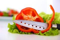 Legumes frescos com uma faca na tabela para a preparação da salada Fotografia de Stock