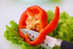 Legumes frescos com uma faca na tabela para a preparação da salada Fotos de Stock Royalty Free