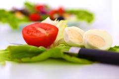Legumes frescos com uma faca na tabela para a preparação da salada Foto de Stock