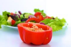 Legumes frescos com uma faca na tabela para a preparação da salada Imagens de Stock Royalty Free