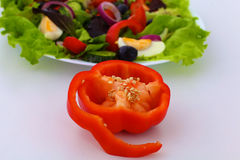 Legumes frescos com uma faca na tabela para a preparação da salada Foto de Stock Royalty Free