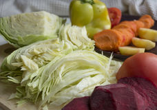 Legumes frescos cortados na tabela Imagens de Stock