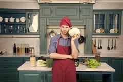 Legumes frescos da picareta Receita com legumes frescos Cozinheiro chefe que cozinha a receita do vegetariano Avental do desgaste fotografia de stock