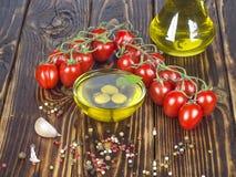 Legumes frescos e azeite em um fundo de madeira Imagens de Stock Royalty Free