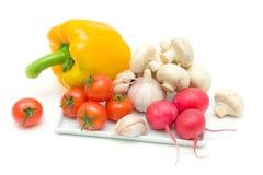 Legumes frescos e cogumelos em um fundo branco Fotos de Stock