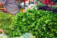 Legumes frescos e ervas diferentes na exposição exterior no ritmo do mercado de Tel Aviv, Israel Foco seletivo, espaço para o tex Foto de Stock