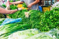 Legumes frescos e ervas diferentes na exposição exterior no ritmo do mercado de Tel Aviv, Israel Foco seletivo, espaço para o tex Fotografia de Stock