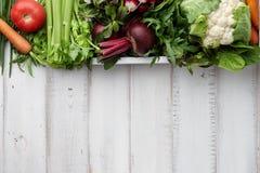 Legumes frescos e ervas na caixa de madeira Foto de Stock Royalty Free