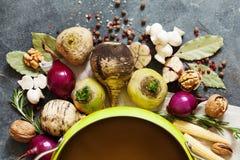 Legumes frescos e especiarias para a sopa do vegetariano Nabo, rabanete, onio Fotografia de Stock Royalty Free