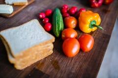 Legumes frescos e fatias de pão para o café da manhã saudável imagem de stock royalty free