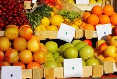 Legumes frescos e frutas com preço Fotografia de Stock Royalty Free