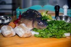 Legumes frescos e peixes que encontram-se em uma tabela de madeira imagens de stock royalty free